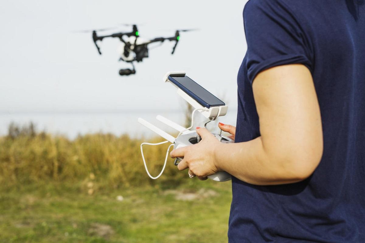 https://www.fandroid.com.pl/wp-content/uploads/czy-drony-dji-mavic-dobrze-sprawdzaja-sie-ze-smartfonami-na-androidzie.jpg
