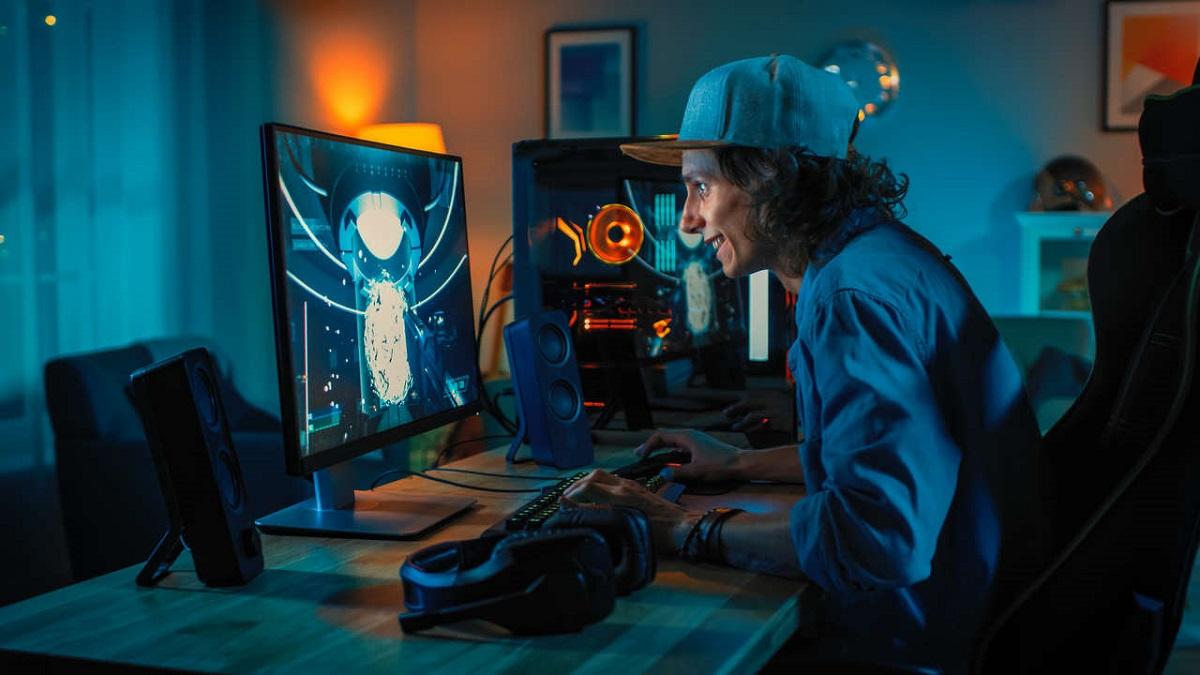 Nastolatek grający w fajną grę na PC