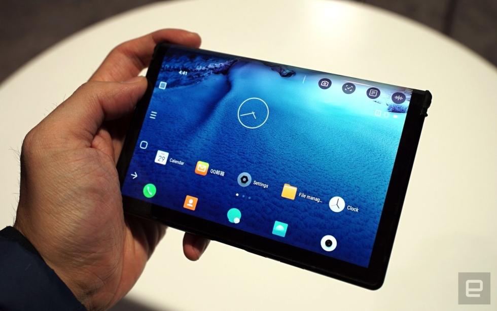 Na CES 2019 pokazano pierwszego smartfona z zaginanym ekranem.